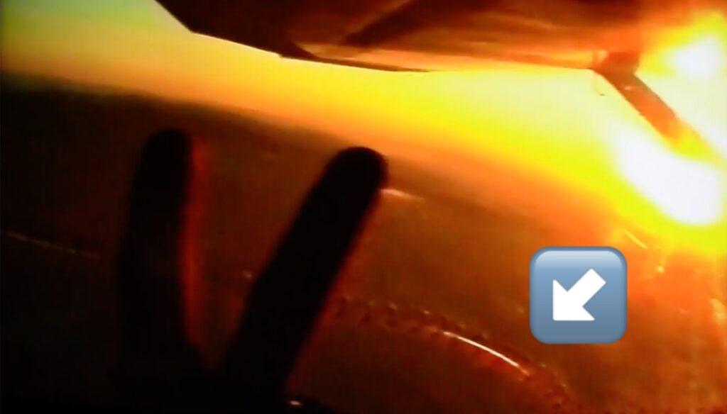 Segertecken inifrån ett flygplan i solnedgång