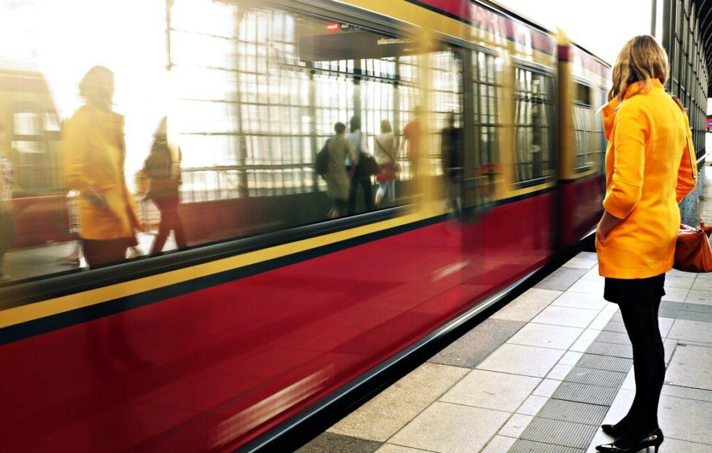 Kvinna står och väntar på tåget